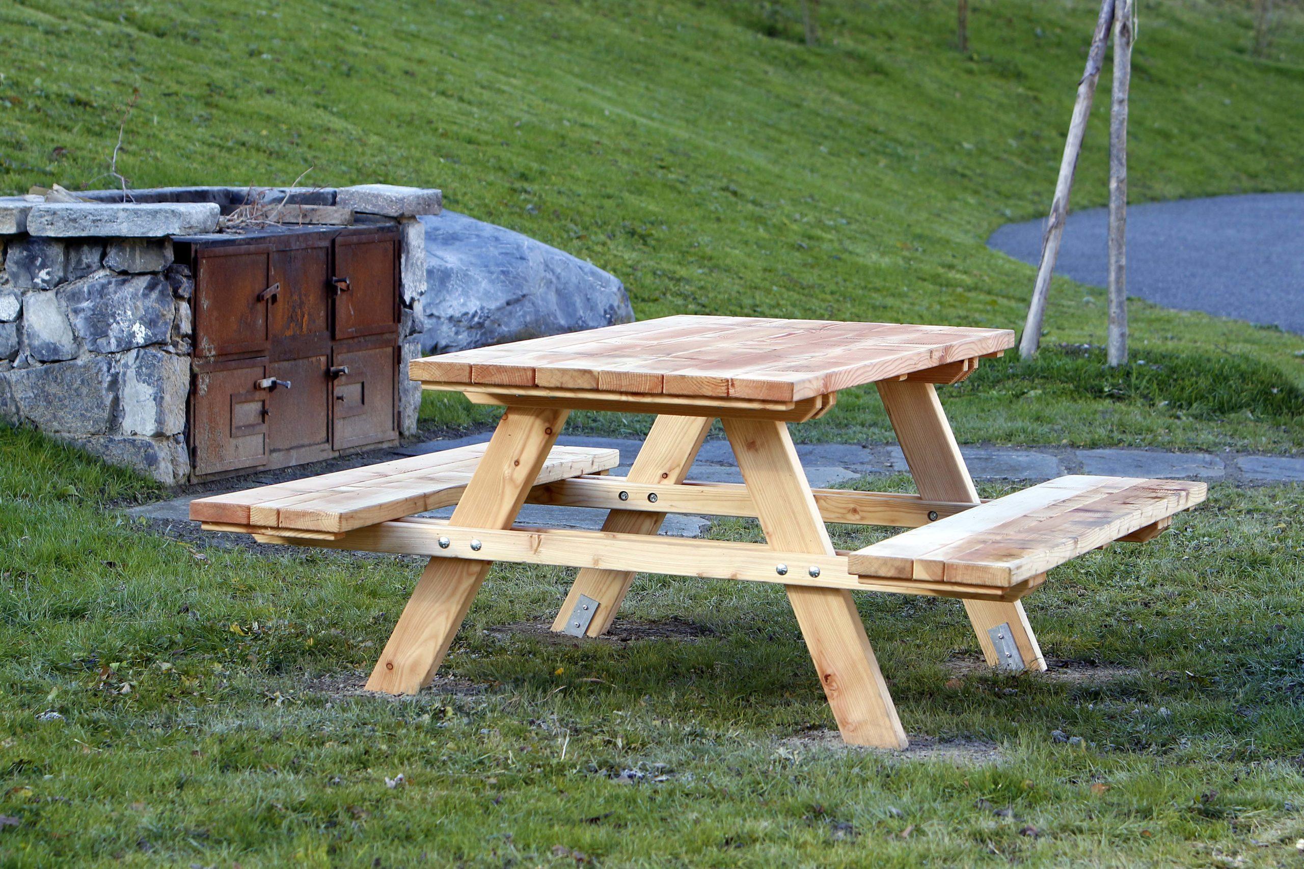 Tavolo in legno di pino impregnato o larice realizzato da Linea Montanalegno - ILT