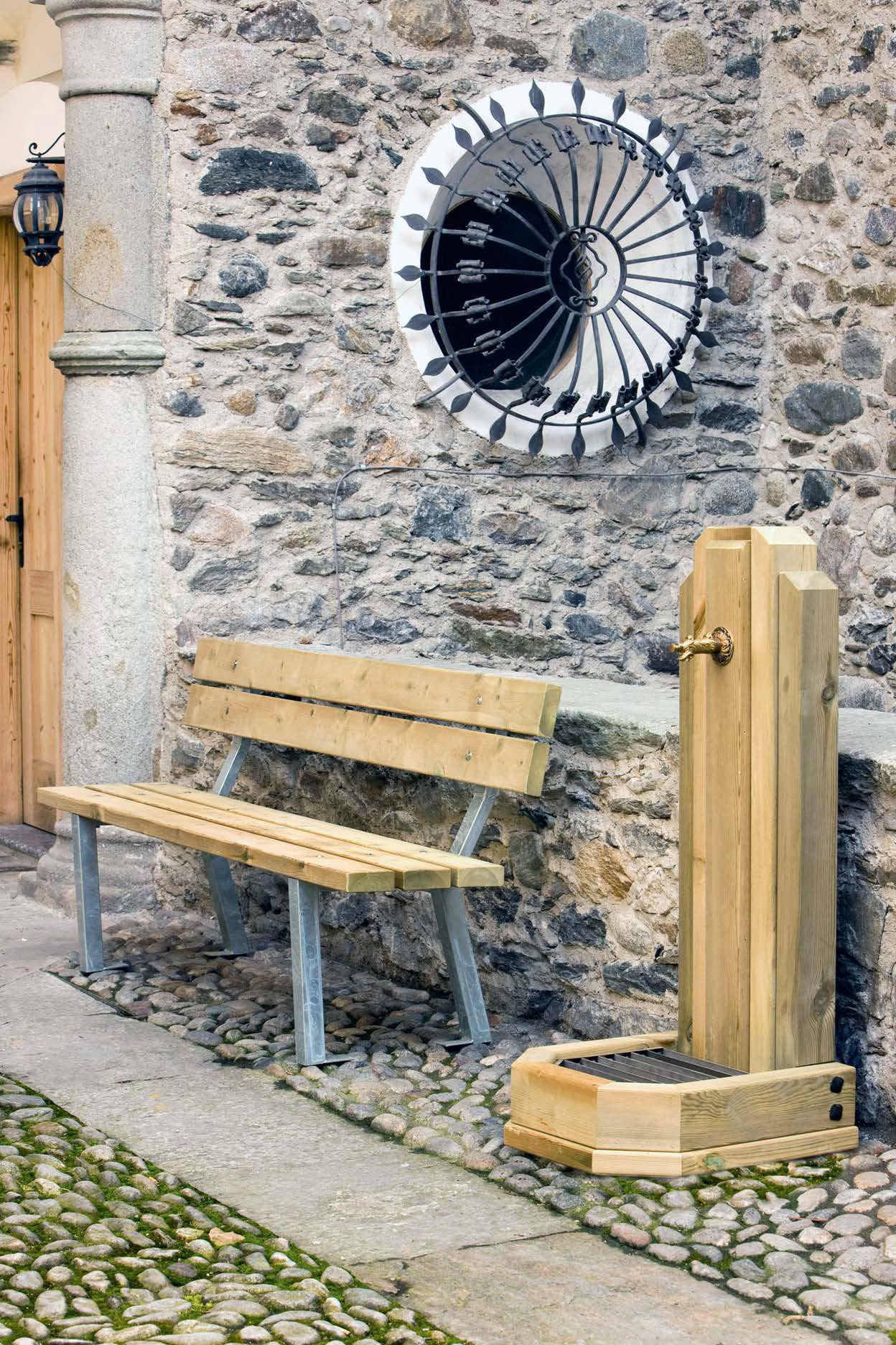 Panchina in legno impregnato in autoclave per esterno e basamento in acciaio zincato a caldo realizzata da Linea Montanalegno - ILT
