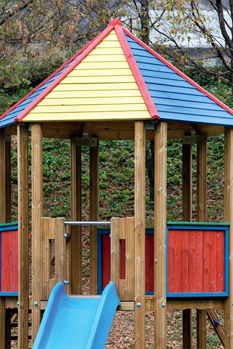 Torre gioco esagonale in legno di pino impregnato in autoclave realizzata da Linea Montanalegno - ILT