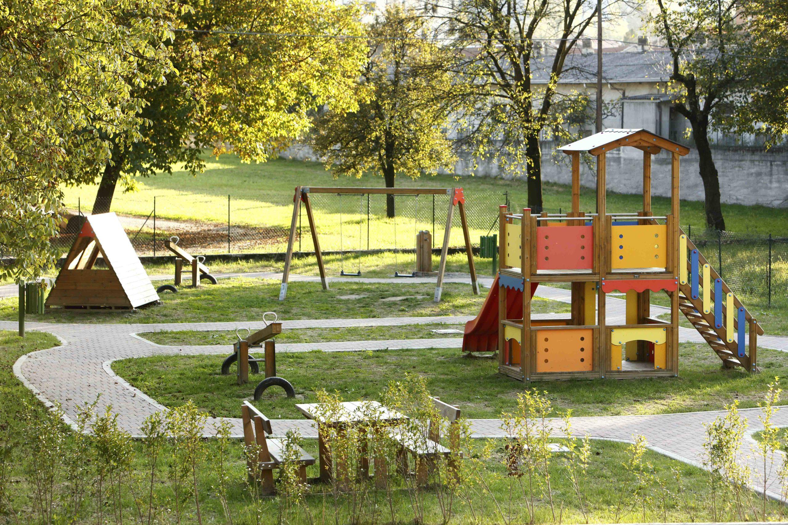 Doppia torre gioco in legno di pino impregnato in autoclave realizzata da Linea Montanalegno - ILT