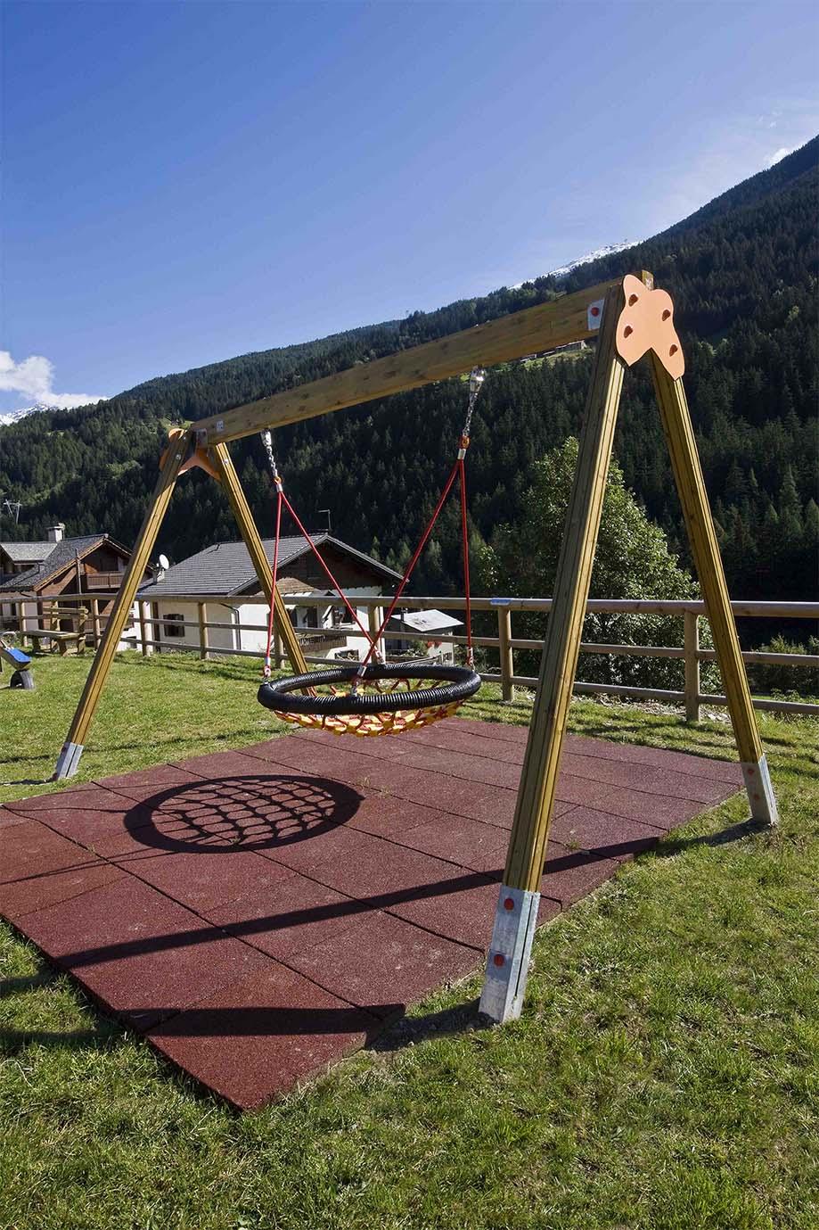 Altalena in legno di pino impregnato in autoclave realizzata da Linea Montanalegno - ILT