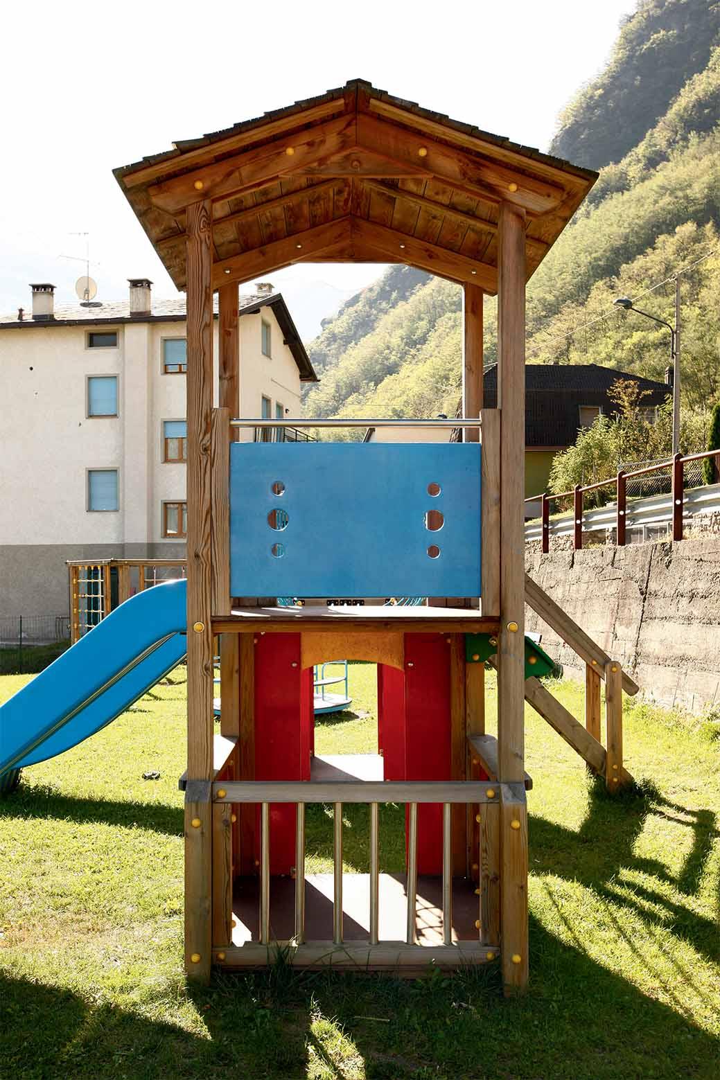 Doppia torre gioco con ponte tibetano in legno di pino impregnato in autoclave realizzata da Linea Montanalegno - ILT
