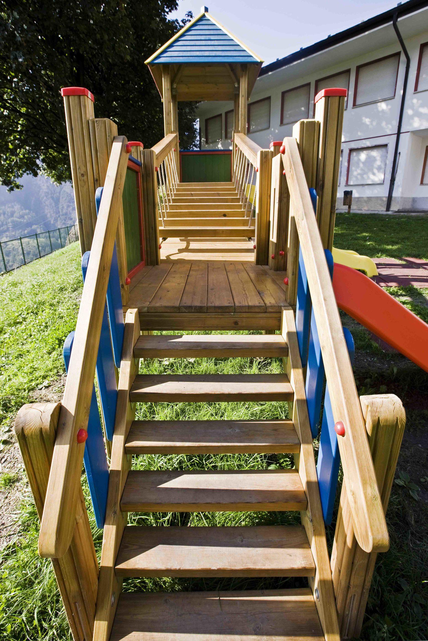 Doppia torre gioco con ponte mobile inclinato in legno di pino impregnato in autoclave realizzata da Linea Montanalegno - ILT