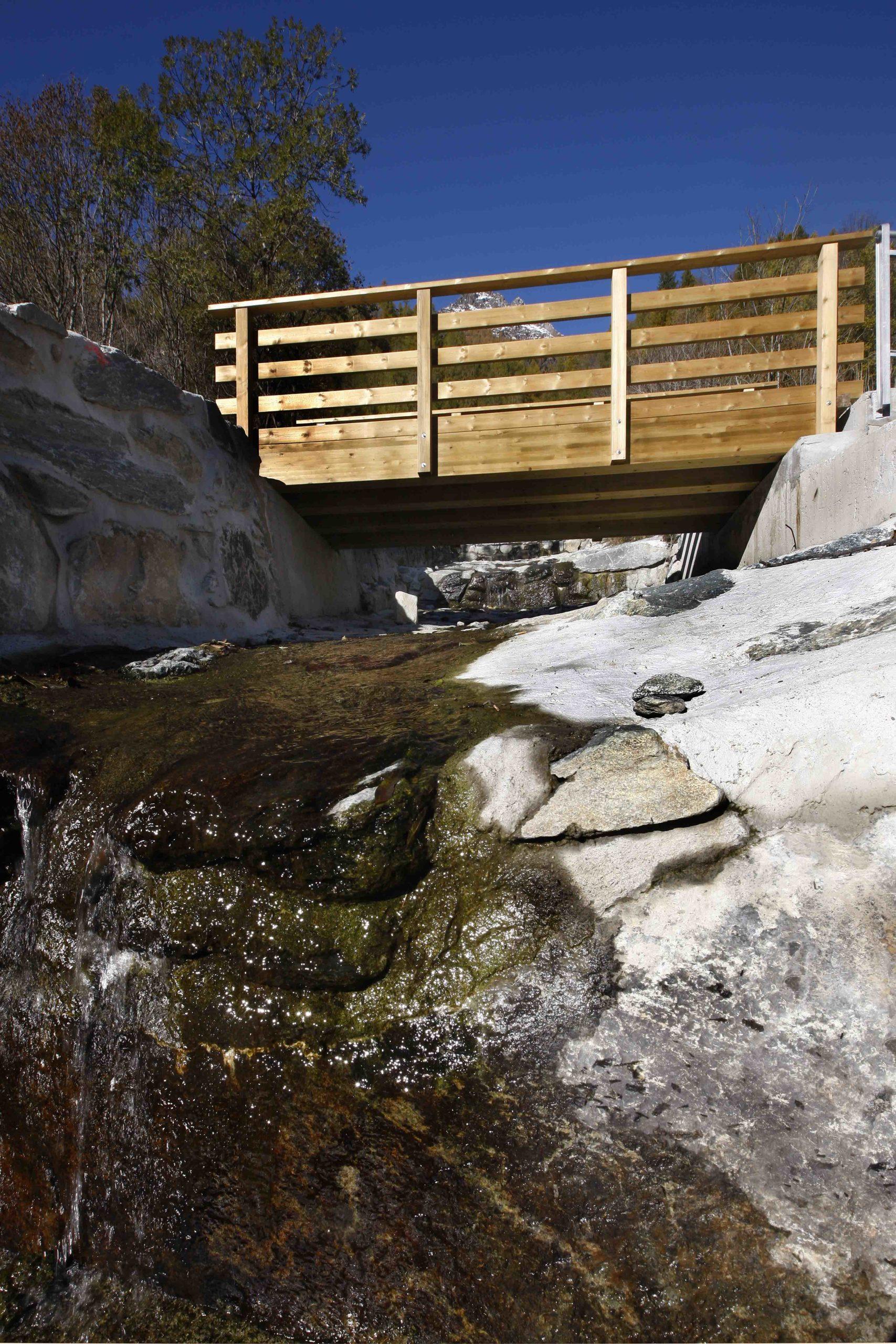 Ponte in legno di pino impregnato in autoclave o larice realizzato da Linea Montanalegno - ILT