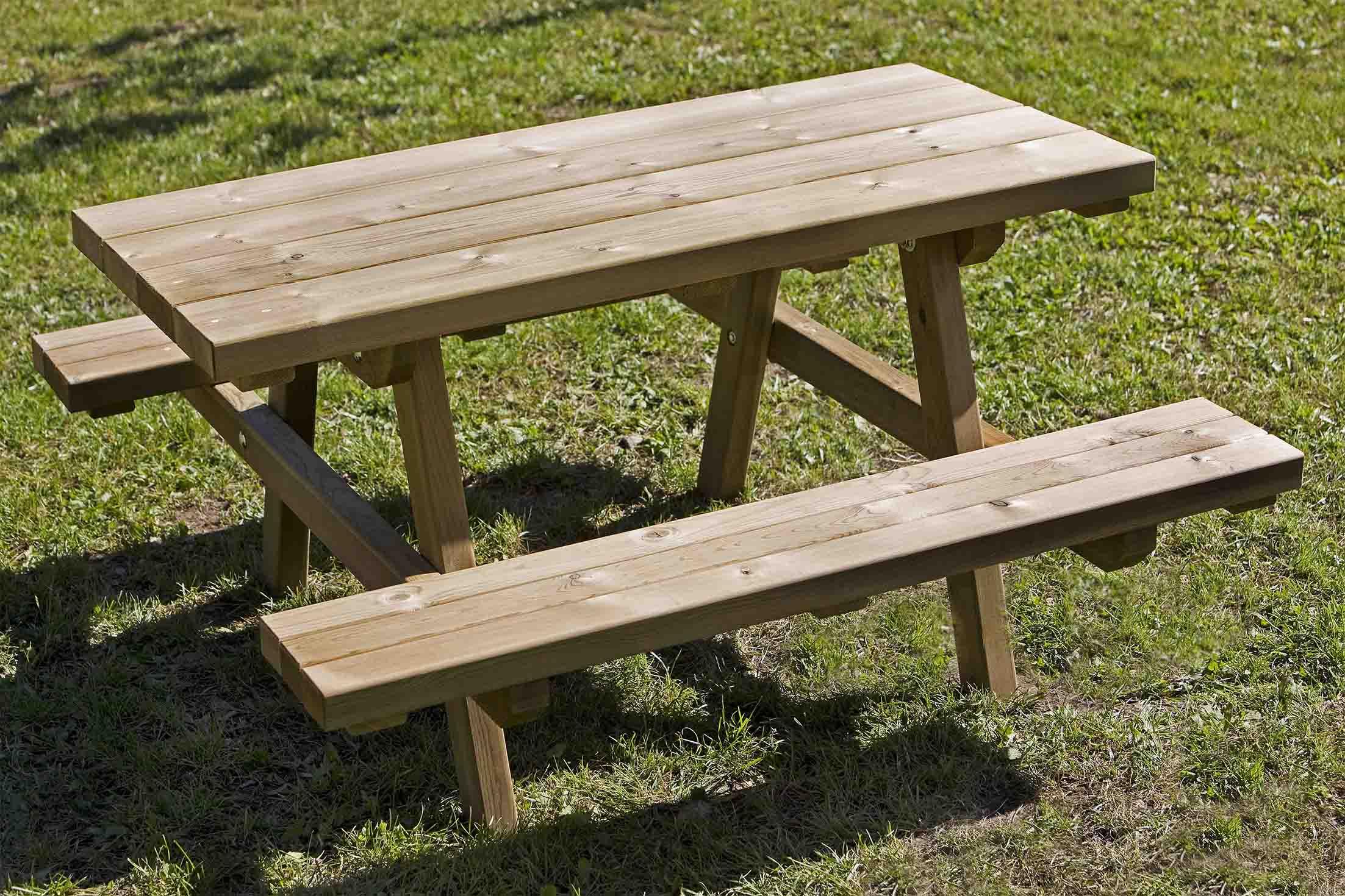 Tavolo per bambini in legno di pino impregnato in autoclave realizzata da Linea Montanalegno - ILT