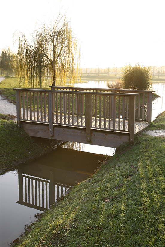 Ponte passerella in legno di pino nordico impregnato o larice realizzato da Linea Montanalegno - ILT