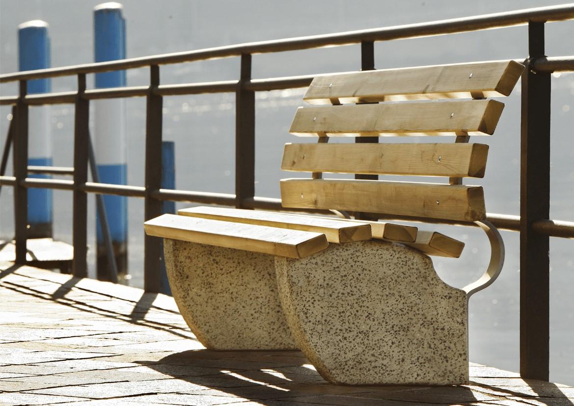 Panchina in legno di pino e basamento in granulato i pietra realizzata da Linea Montanalegno