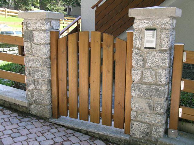 Cancello in legno di pino impregnato realizzato da Linea Montanalegno - ILT