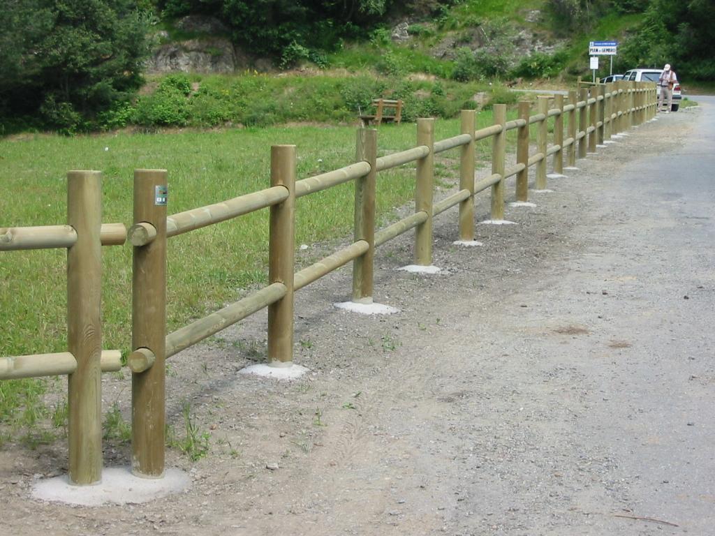 Recinzione staccionata in legno di pino impregnato realizzato da Linea Montanalegno - ILT