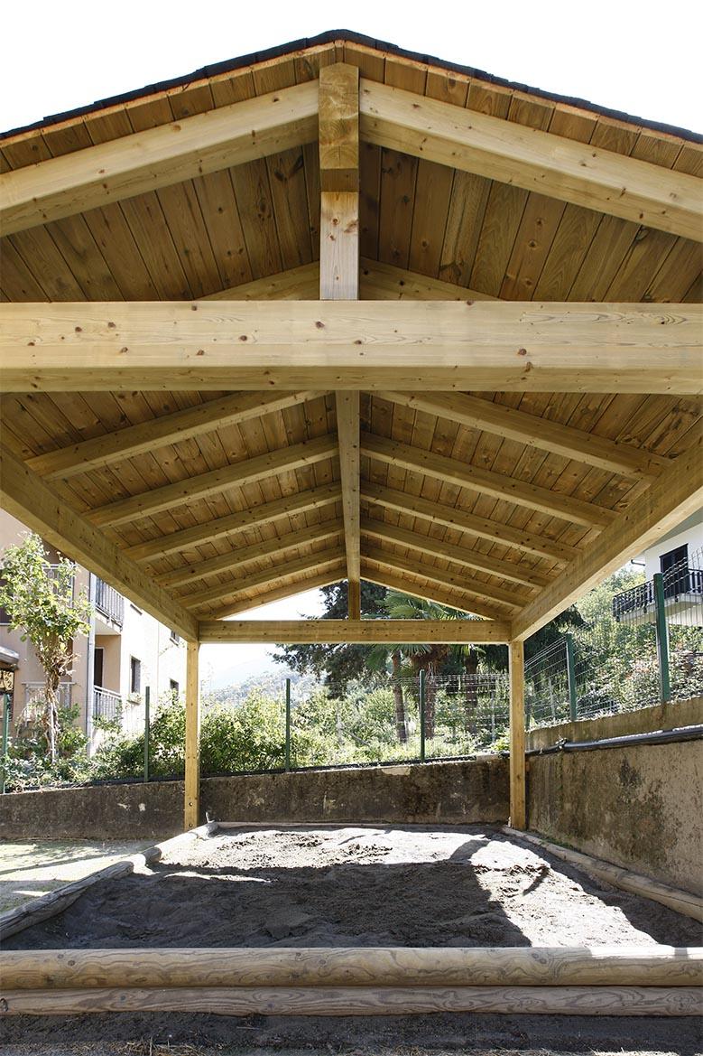 Tettoia in legno di pino nordico impregnato in autoclave realizzato da Linea Montanalegno - ILT
