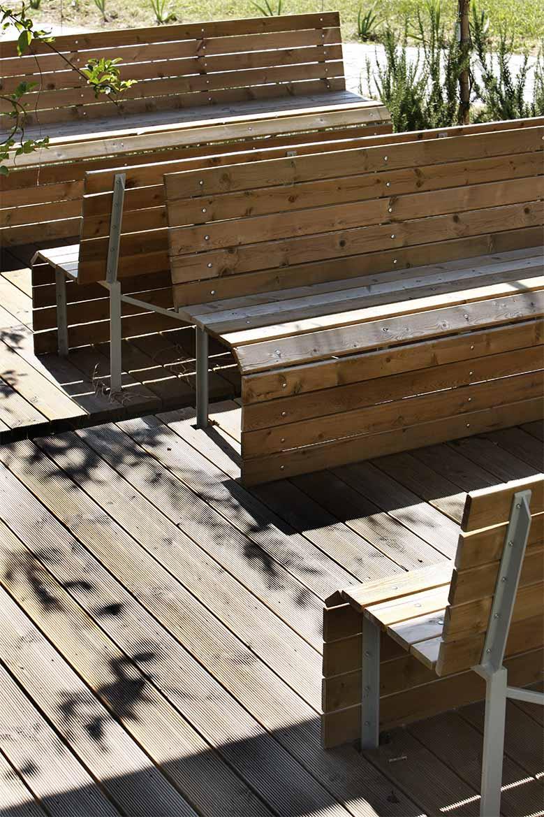 Arredo urbano in legno di pino nordico impregnato in autoclave realizzato da Linea Montanalegno - ILT