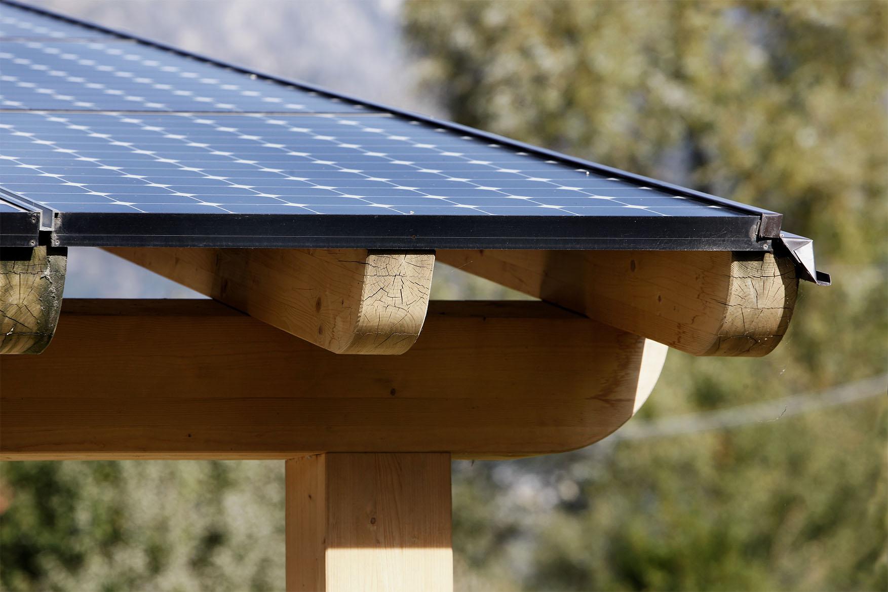 Copertura con pannelli solari in legno di pino nordico impregnato in autoclave realizzato da Linea Montanalegno - ILT