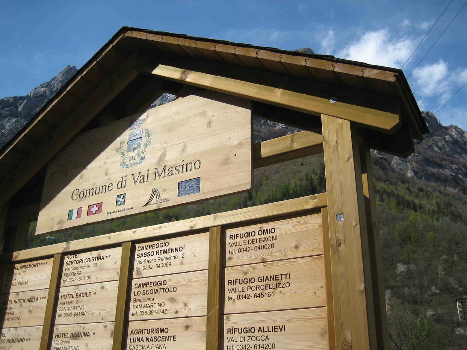 Cartello bacheca in legno di pino nordico impregnato in autoclave realizzato da Linea Montanalegno - ILT