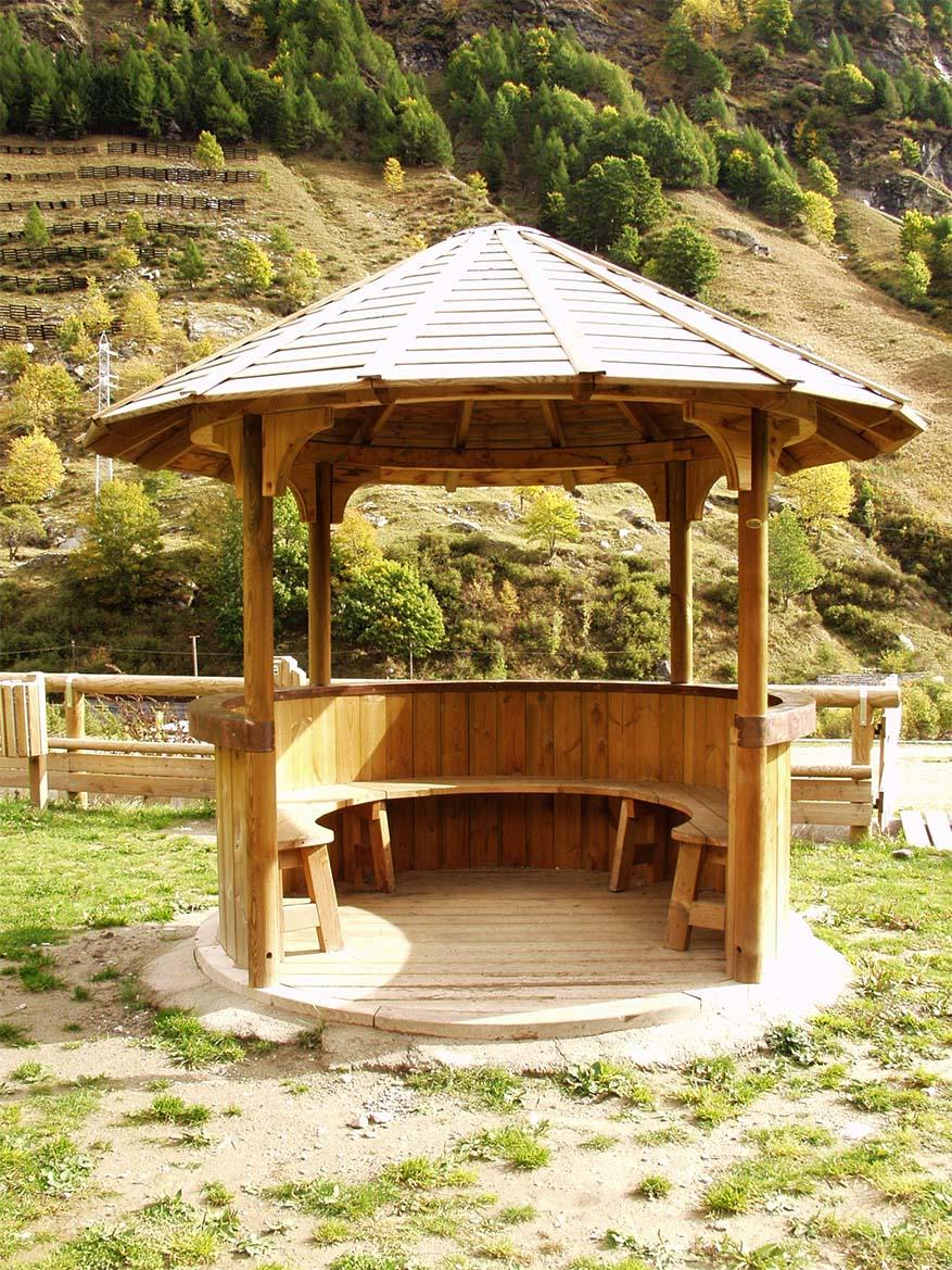 Gazebo pagoda in legno di pino nordico impregnato in autoclave realizzato da Linea Montanalegno - ILT